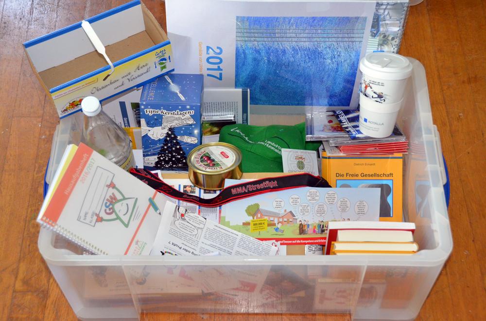 Foto einer Referenzbox-Grafik-Design mit Büchern, Etiketten, Dosen, Verpackung
