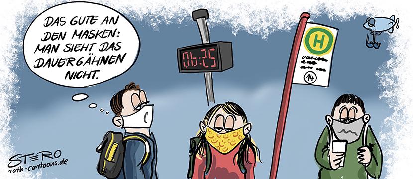 Cartoon-Karikatur: Drei Schüler stehen bei Schulbeginn nach den Sommerferien völlig übermüdet frühmorgens an der Bushaltestelle mit Mundschutz wegen Corona. Einer denkt: Das Gute an den Masken ist, dass man das Gähnen nicht sieht.